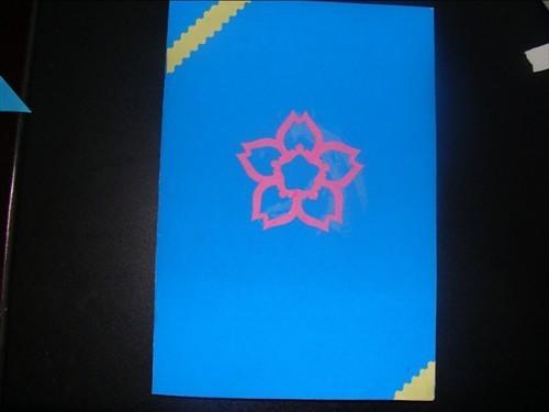 第一张蓝色贺卡的封面剪的一朵樱花