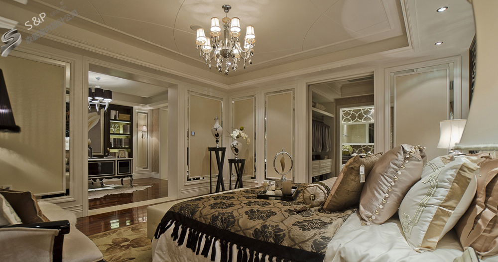 沙发背景墙运用欧式护墙板,壁纸来点缀整个空间,让主人在这个空间会