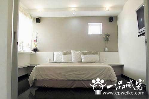 卧室家具以及整个房子的风格一致,颜色不要太夸张.