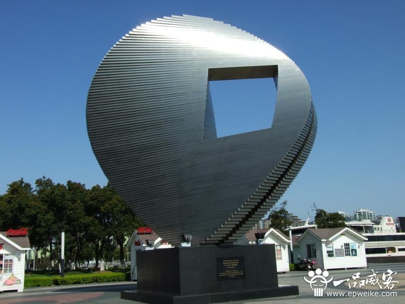 现代科技的应用与雕塑材料的多样性,使现代城市雕塑丰富多彩,雕塑色彩
