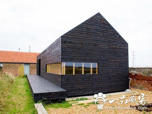 黑色的木漆让木屋显得酷劲十足,简约的现代风格别墅外观设计没有多余