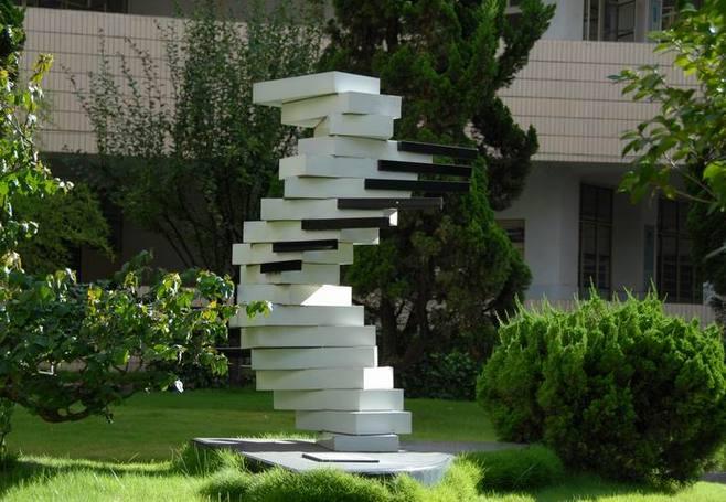 大学校园雕塑设计要符合的条件