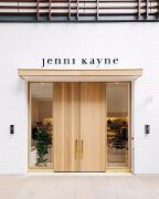 木质双开拉门门面也诠释了极简风格