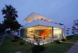 明亮的橙色旋转楼梯:秘鲁Casa Blanca别墅设计
