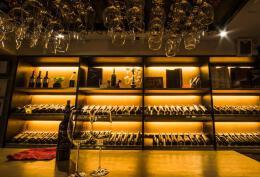 温暖的灯光酒吧吧台灯装修设计欣赏