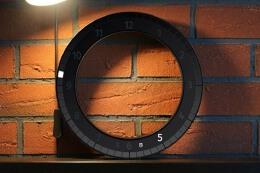 表盘中间是空的一款非常简洁的创意挂钟设计