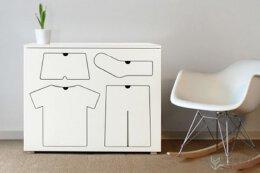 分类衣物的儿童衣柜