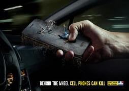 法国道路安全宣传平面广告设计:开车不玩手机